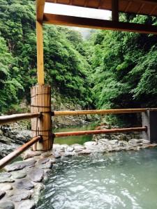 源泉かけ流しの露天風呂は谷の底にあります。温めトロトロのお湯が気持ちいいです。